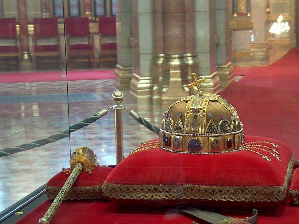 A Szent korona,a jogar, az országalma a kard és a palást.