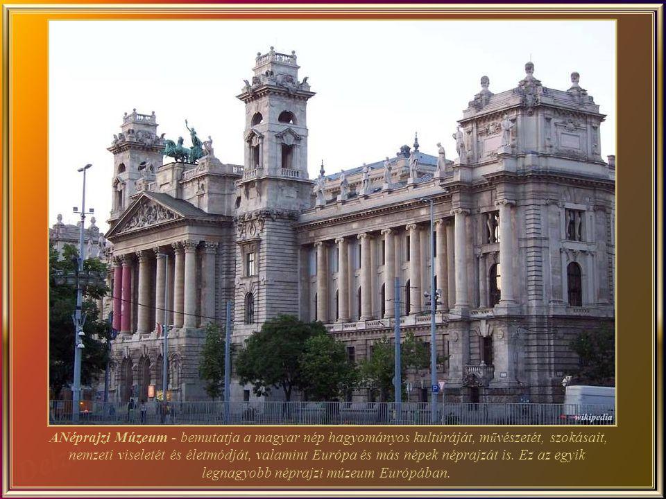 2000 óta, a Szent Korona, a jogar, a földgömb, és a kard az Országházban vannak kiállítva, a koronázási palást a Nemzeti Múzeumban maradt.