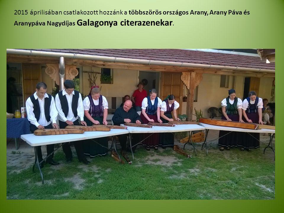 2015 áprilisában csatlakozott hozzánk a többszörös országos Arany, Arany Páva és Aranypáva Nagydíjas Galagonya citerazenekar.