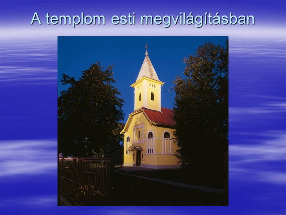 A templom esti megvilágításban