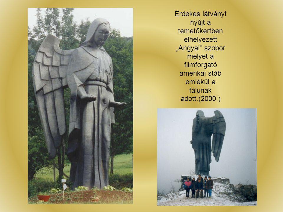 """Érdekes látványt nyújt a temetőkertben elhelyezett """"Angyal szobor melyet a filmforgató amerikai stáb emlékül a falunak adott.(2000.)"""