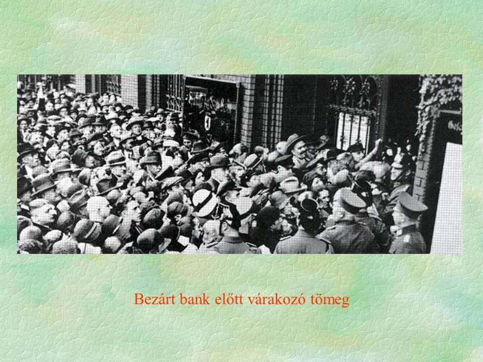 Bezárt bank előtt várakozó tömeg