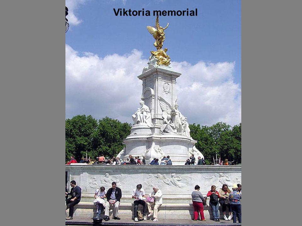 The front of palace with memorial of Queen Viktória A palota homlokzata Viktória királynő emlékművével