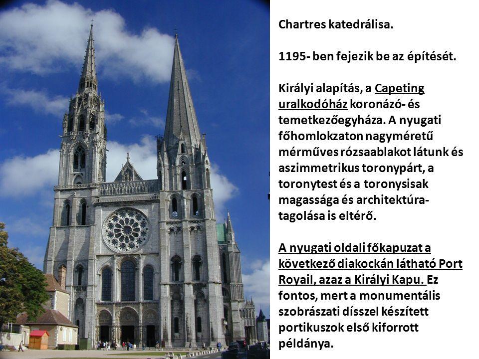 Chartres, Királyi Kapu, minden monumentális, bélletes hármas portikusz előképe.