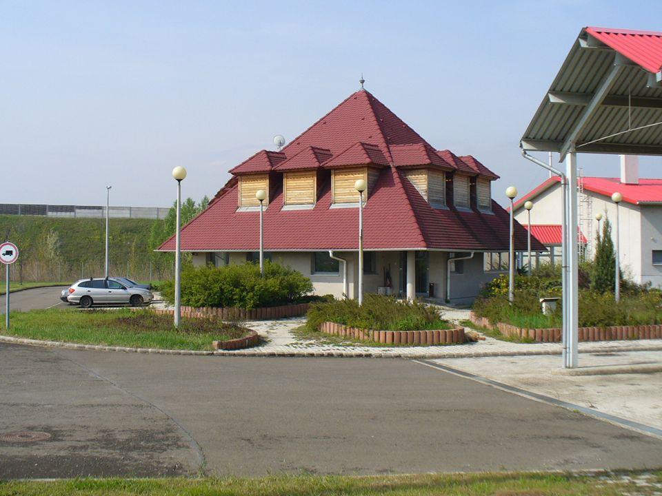 """Rekonstrukciók (2001-2009) -Gödöllő (1998): magastető került az épületekre, külső szigetelés, nyílászáró csere, teljes épületgépészeti felújítás, gázfűtés, épült nyitott fedett szín 2 db -Bicske (2001): teljeskörű felújítás, belső terek átalkítása, sótároló bővítés -Komárom (2002): eredeti kialakítását, méreteit megtartotta, tulajdonképpen """"csak korszerűsítés történt -Lébény (2002): 2001-ben került az ÁAK üzemeltetésébe, majd ezután került korszerűsítésre -Martonvásár (2003): régi épületek elbontásra kerültek, korszerű telep épült -Balatonvilágos (2004): balesetveszélyessé vált az épület, és már nem volt elegendő a hely sem, 10 hó alatt teljes felújítás,2 szintes irodaépület, műhely, garázs, sótároló, sportpálya, 8 lakásos lakótelep -Szigetszentmiklós (2005): a szociális épület teljes felújítása és garazsbővítés történt."""