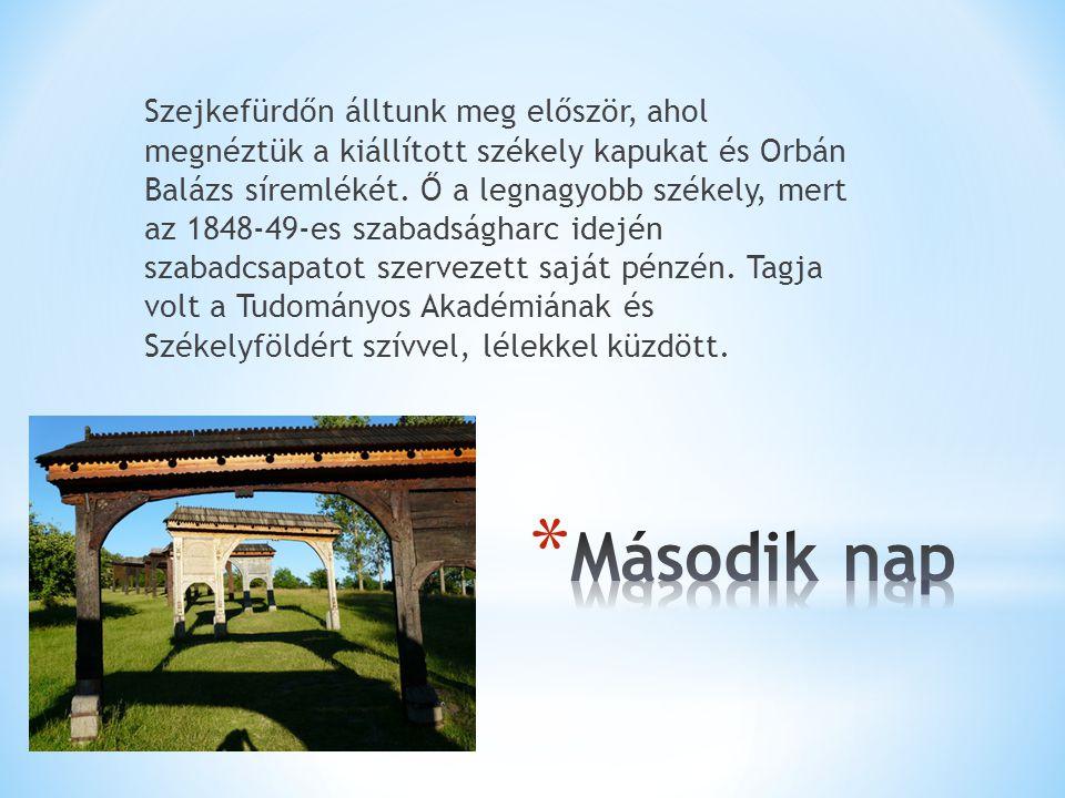 Szejkefürdőn álltunk meg először, ahol megnéztük a kiállított székely kapukat és Orbán Balázs síremlékét.