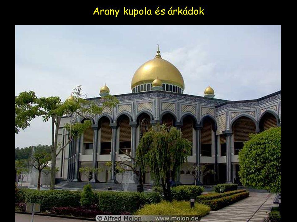 A mecset arany kupolákkal,minarettek