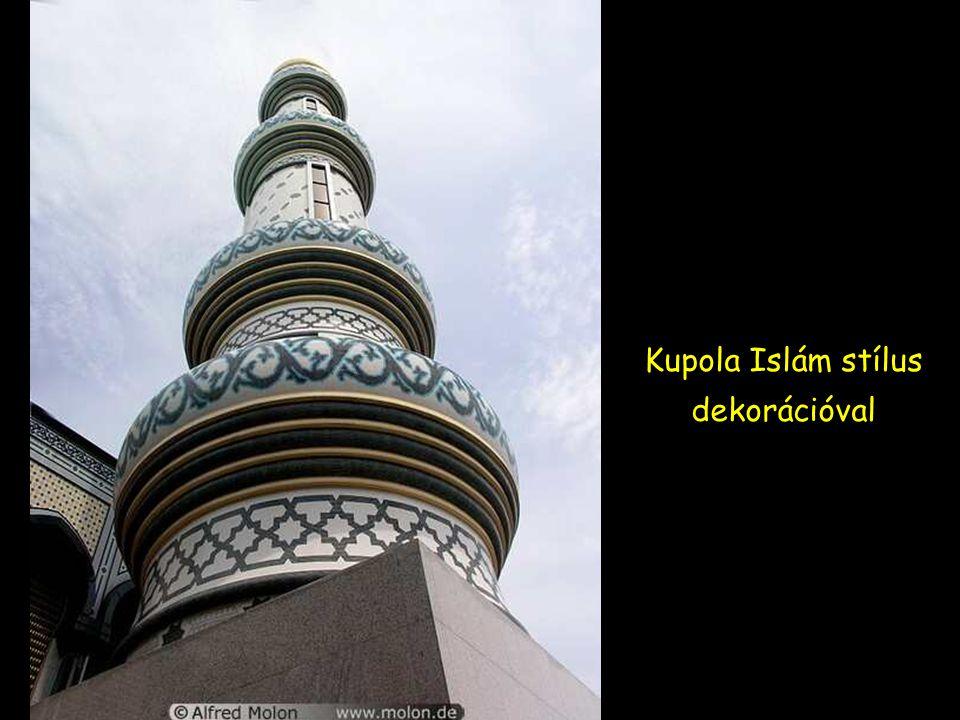 Minarett arany kupolával