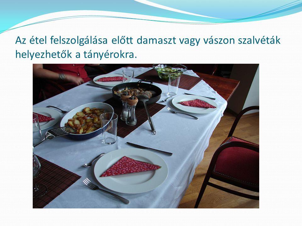 Az étel felszolgálása előtt damaszt vagy vászon szalvéták helyezhetők a tányérokra.