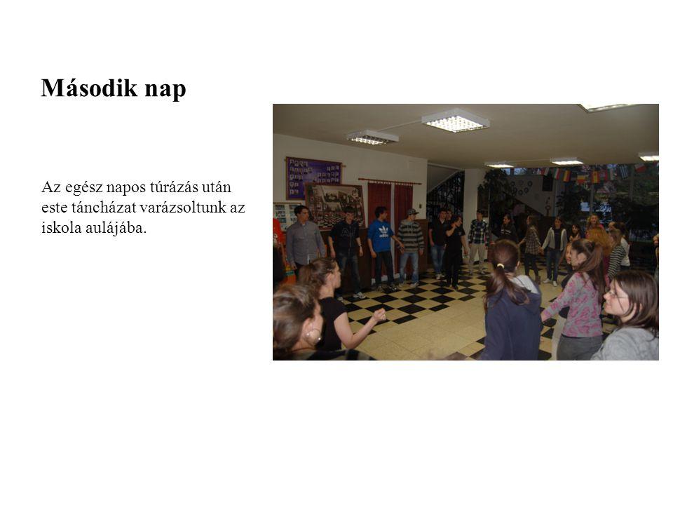 Második nap Az egész napos túrázás után este táncházat varázsoltunk az iskola aulájába.