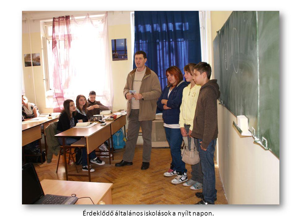 Érdeklődő általános iskolások a nyílt napon.