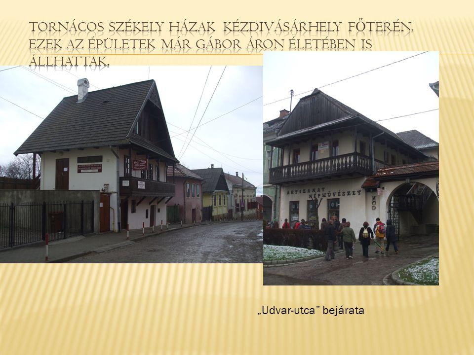 """Udvar-utca"" bejárata"