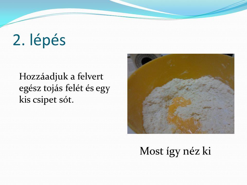 2. lépés Hozzáadjuk a felvert egész tojás felét és egy kis csipet sót. Most így néz ki