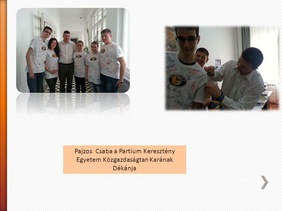Czvikker Katalin szinházi igazgatónő is aláirta pólóinkat, majd pedig írtunk a szinház naplójába és ezt követően megajándékozott minket egy-egy naptár