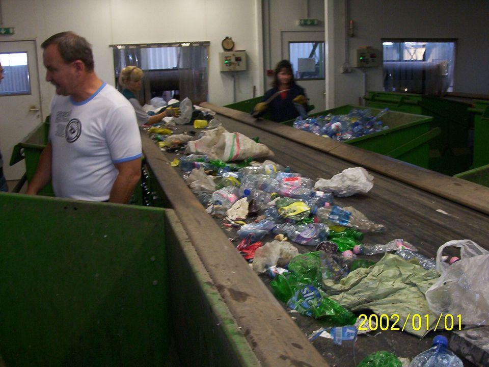 A szelektív hulladékgyűjtés szerepe • a különböző alapanyagú hulladékfajták (papír, műanyag, üveg, fém, szerves) külön gyűjtését jelenti, • lehetővé tesszük az egyes hulladék összetevők anyagában történő újrahasznosítását, • fontos tényező, hogy a gyűjtött másodnyersanyag szennyeződésmentes legyen, és ne legyen keverve
