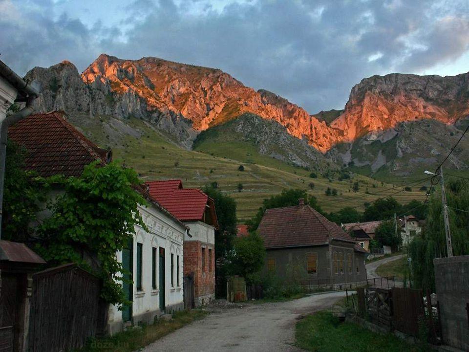 •Torockó Erdély legnyugatibb székely végvára, és talán legszebb faluja. Az egykori bányászfalu ma a Világörökség részét képezi. Az Erdélyi-középhegysé