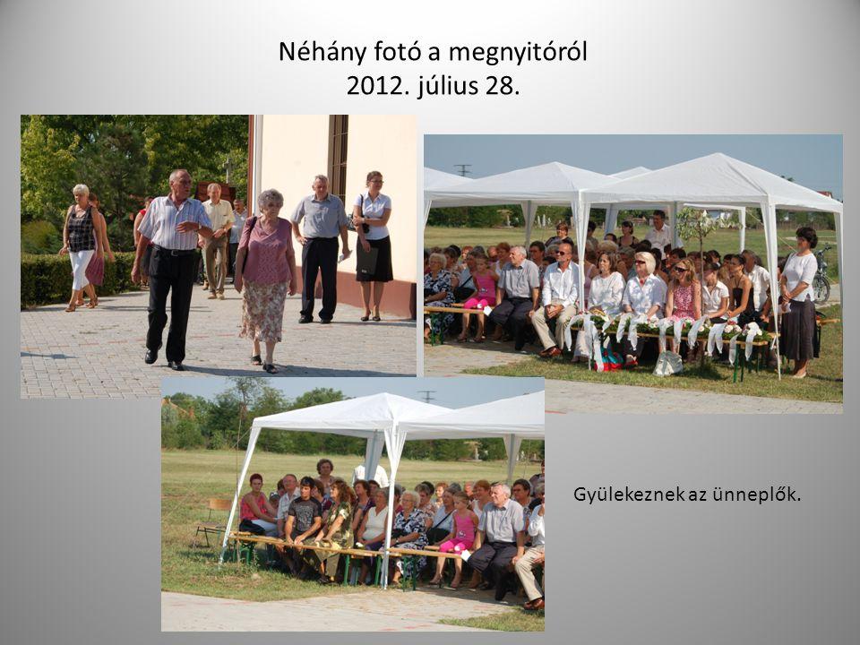 Néhány fotó a megnyitóról 2012. július 28. Gyülekeznek az ünneplők.