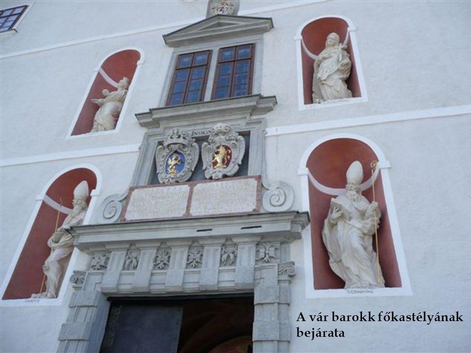 A vár barokk főkastélyának bejárata