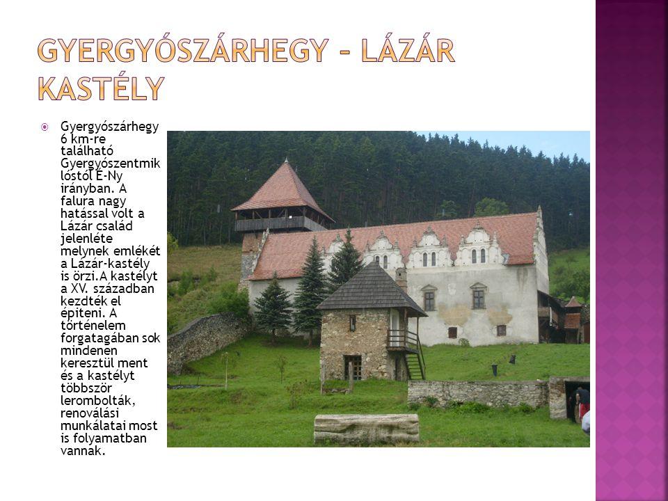  Gyergyószárhegy 6 km-re található Gyergyószentmik lóstól É-Ny irányban. A falura nagy hatással volt a Lázár család jelenléte melynek emlékét a Lázár