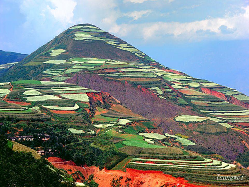 Kínában van egy hely, ahol a talaj vas-oxidokban gazdag, a táj olyan, mintha egy festő alkotta volna meg. Ez Dél-Nyugatra található, Yunnan tartományb