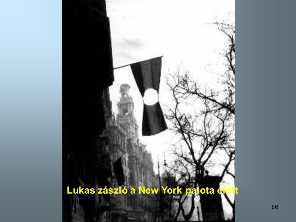 85 Kussuth címert fest a katona a tankra
