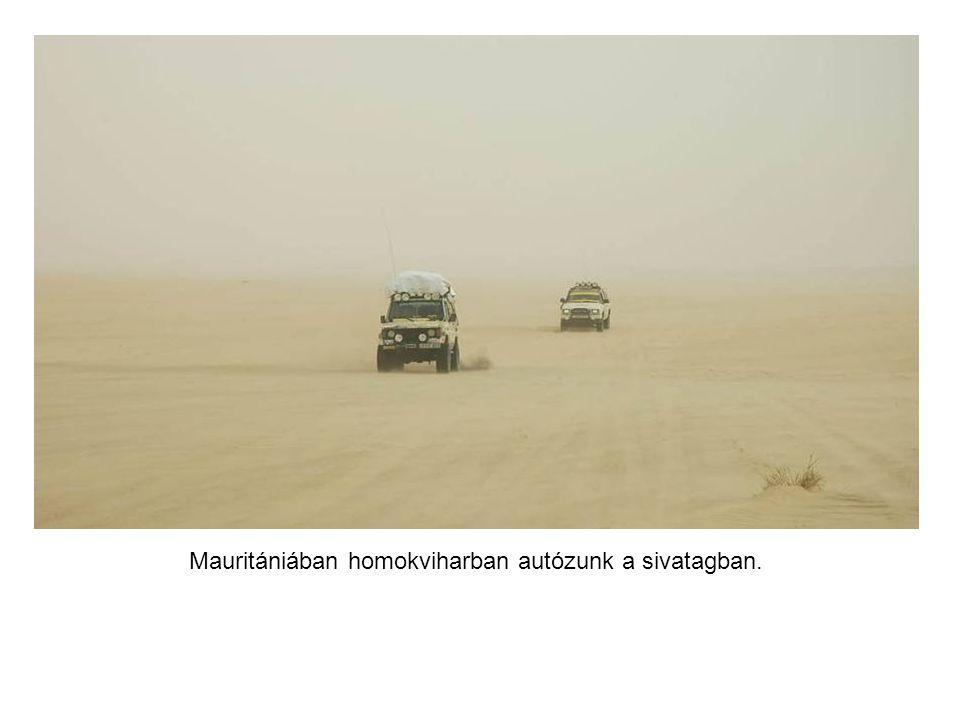 A sivatagi szél hordja a homokot, a látótávolság alig száz méter.