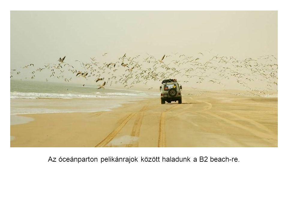 Mauritániában homokviharban autózunk a sivatagban.
