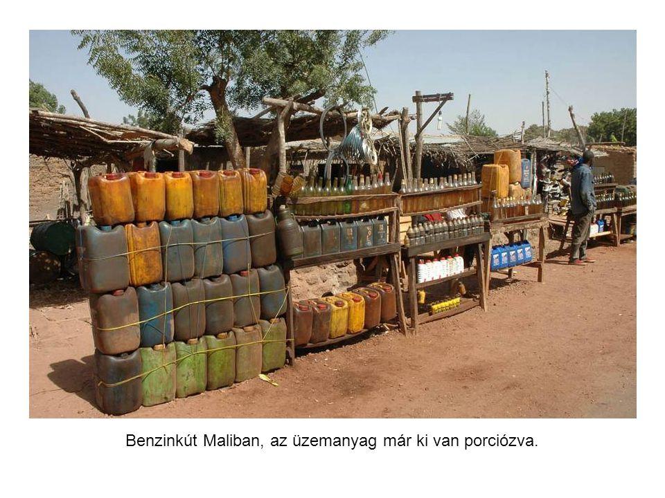 Hentes és lacikonyha Maliban az út mellett.