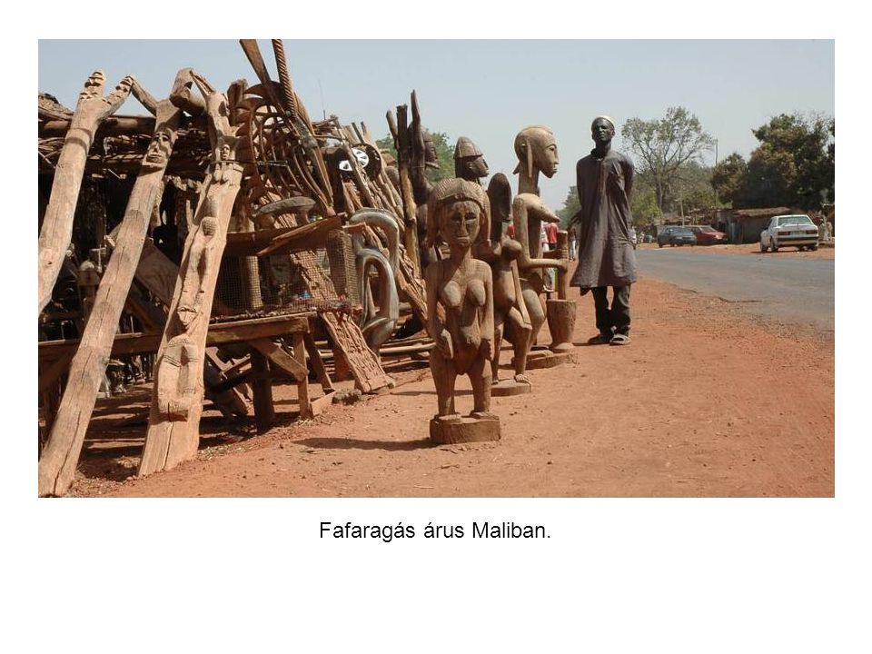 Benzinkút Maliban, az üzemanyag már ki van porciózva.
