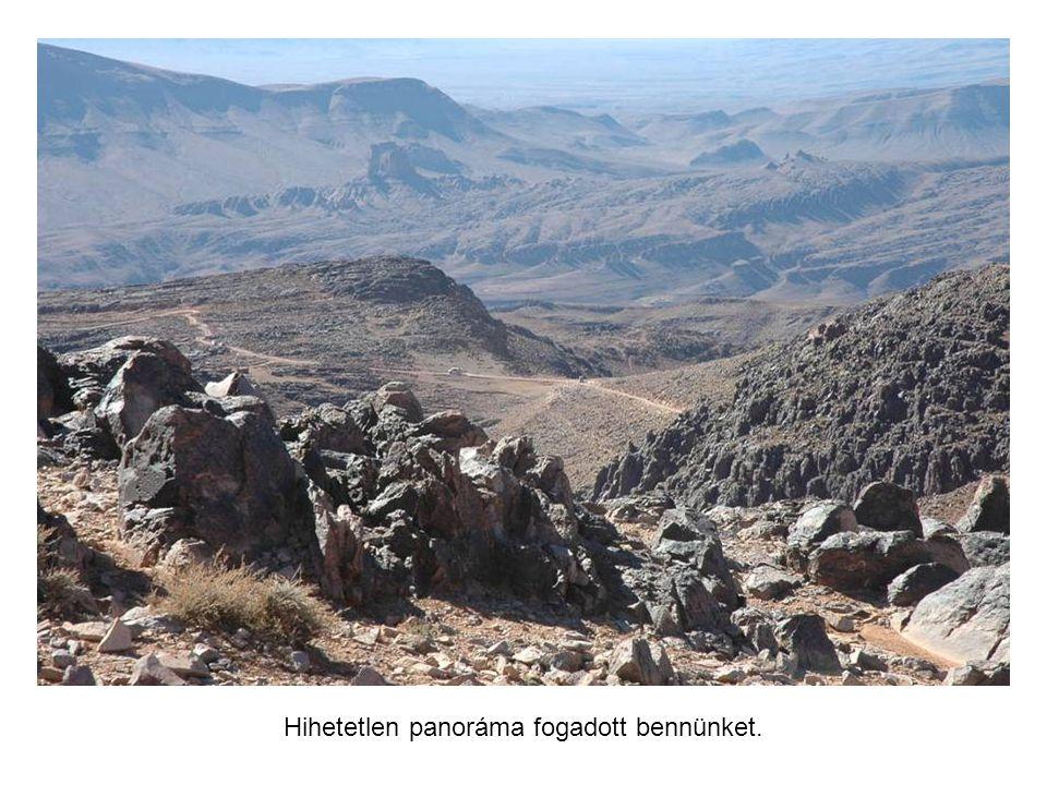 Egy újabb kihívás: a Dzsbel Sarhro hegy leküzdése. A hágó tetején megpihenünk.