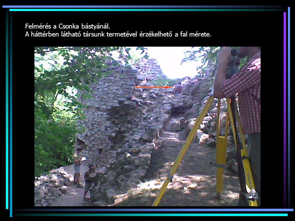 Felmérés a Csonka bástyánál. A háttérben látható társunk termetével érzékelhető a fal mérete.