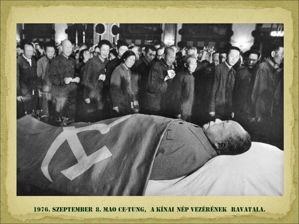 1973. szeptember 11. SANTIAGO DE CHILE. Salvador Allende elnök percekkel halála elött, a CIA által támogatott Augusto Pinochet puccsa során. Nézd a mö