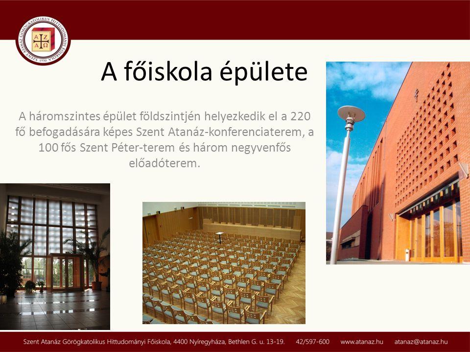 A háromszintes épület földszintjén helyezkedik el a 220 fő befogadására képes Szent Atanáz-konferenciaterem, a 100 fős Szent Péter-terem és három negy