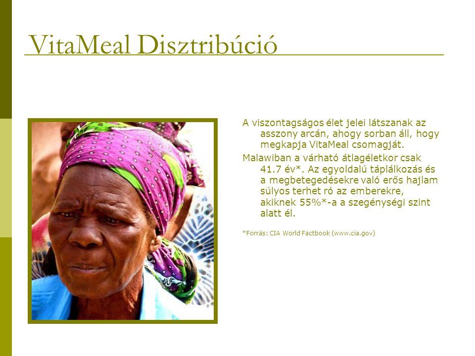 A viszontagságos élet jelei látszanak az asszony arcán, ahogy sorban áll, hogy megkapja VitaMeal csomagját.