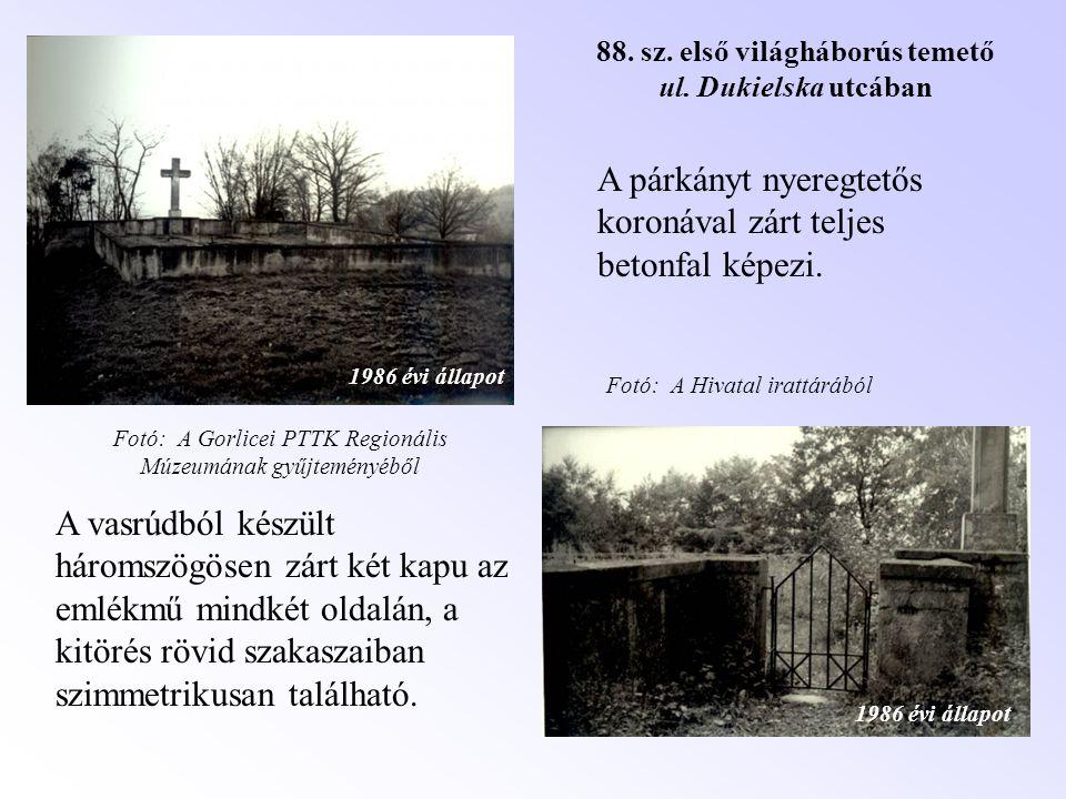 A vasrúdból készült háromszögösen zárt két kapu az emlékmű mindkét oldalán, a kitörés rövid szakaszaiban szimmetrikusan található. A párkányt nyeregte