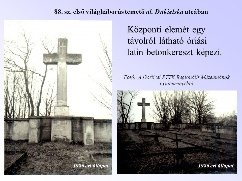 Központi elemét egy távolról látható óriási latin betonkereszt képezi. 1986 évi állapot 88. sz. első világháborús temető ul. Dukielska utcában Fotó: A