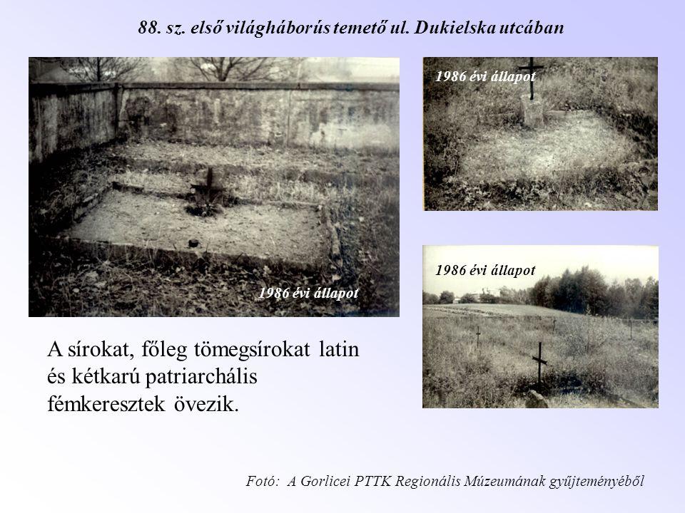 A sírokat, főleg tömegsírokat latin és kétkarú patriarchális fémkeresztek övezik. Fotó: A Gorlicei PTTK Regionális Múzeumának gyűjteményéből 1986 évi