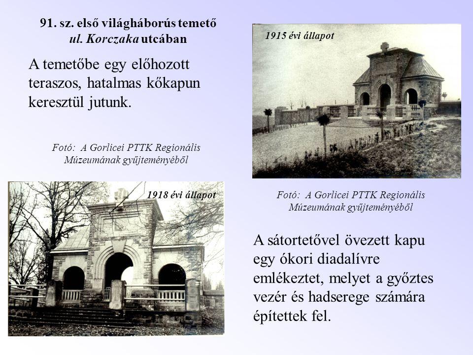 1915 évi állapot 1918 évi állapot A temetőbe egy előhozott teraszos, hatalmas kőkapun keresztül jutunk. A sátortetővel övezett kapu egy ókori diadalív