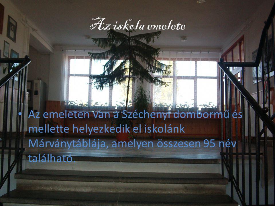 Az iskola emelete • Az emeleten van a Széchenyi dombormű és mellette helyezkedik el iskolánk Márványtáblája, amelyen összesen 95 név található.