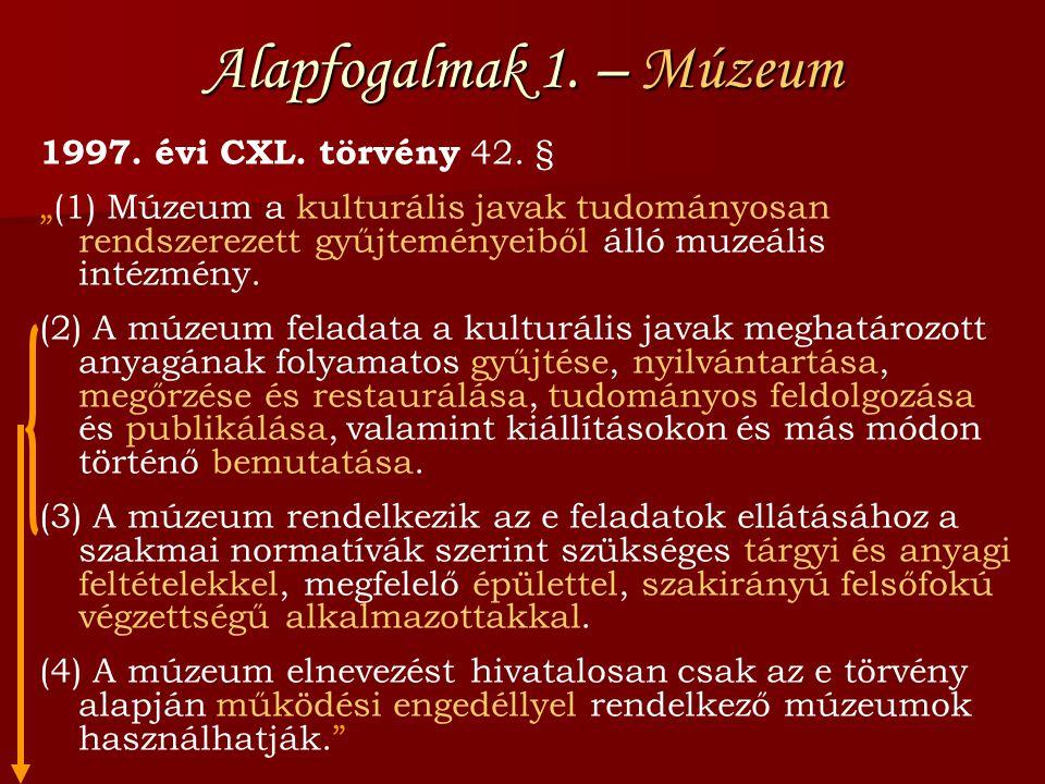 """Alapfogalmak 1. – Múzeum 1997. évi CXL. törvény 42. § """"(1) Múzeum a kulturális javak tudományosan rendszerezett gyűjteményeiből álló muzeális intézmén"""