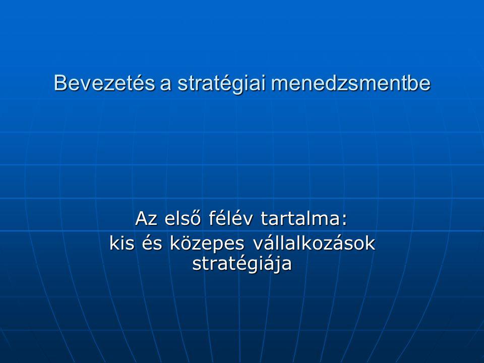 A stratégiai menedzsment meghatározása A menedzsment tevékenységének az a része, amely:  A szervezet egésze hosszú távú céljainak elérésével kapcsolatos,  Keretet szab az alsó szinteken hozott döntéseknek,  Eligazít, miként válaszoljon a szervezet a környezetből érkező kihívásokra,  A versenytársakkal szemben előny megtartására, növelésére irányul,  A szervezet legfontosabb érdekcsoportjai elvárásainak teljesülését szolgálja.