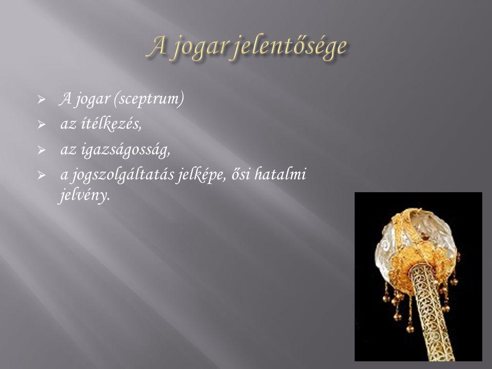  A jogar (sceptrum)  az ítélkezés,  az igazságosság,  a jogszolgáltatás jelképe, ősi hatalmi jelvény.