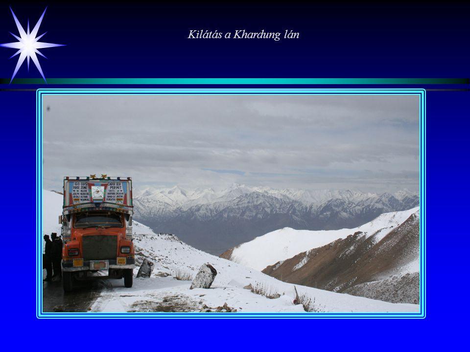 Félelem és reszketés Ladakh-ban Lehben a kalandok sorozata a megérkezéssel kezdődik, a repülőgépek ugyanis némi hegyek közötti kacskaringózás után lan