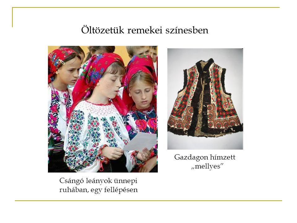 """Csángó leányok ünnepi ruhában, egy fellépésen Gazdagon hímzett """"mellyes"""" Öltözetük remekei színesben"""