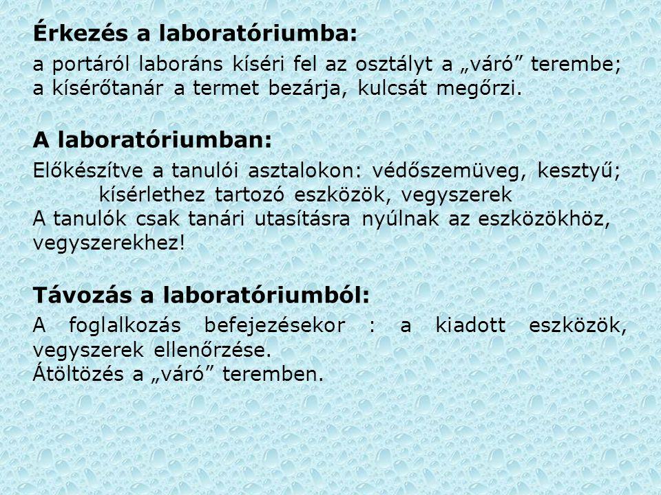 """Érkezés a laboratóriumba: a portáról laboráns kíséri fel az osztályt a """"váró"""" terembe; a kísérőtanár a termet bezárja, kulcsát megőrzi. A laboratórium"""