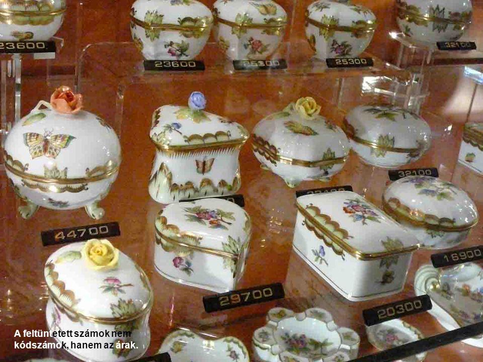 A porcelánüzem udvarán