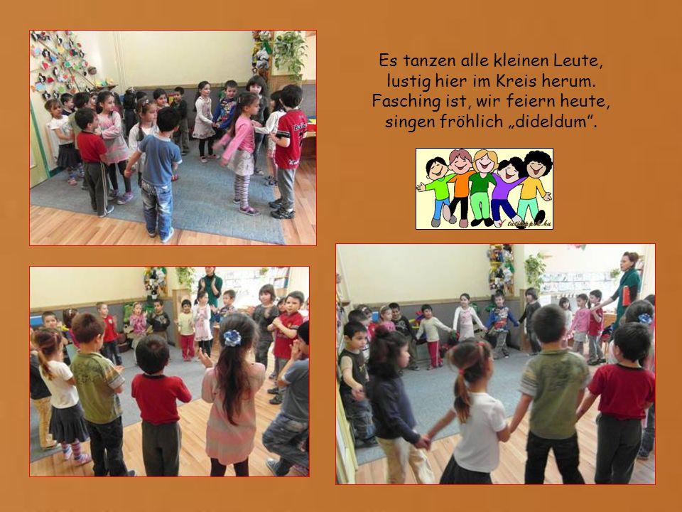 Es tanzen alle kleinen Leute, lustig hier im Kreis herum.