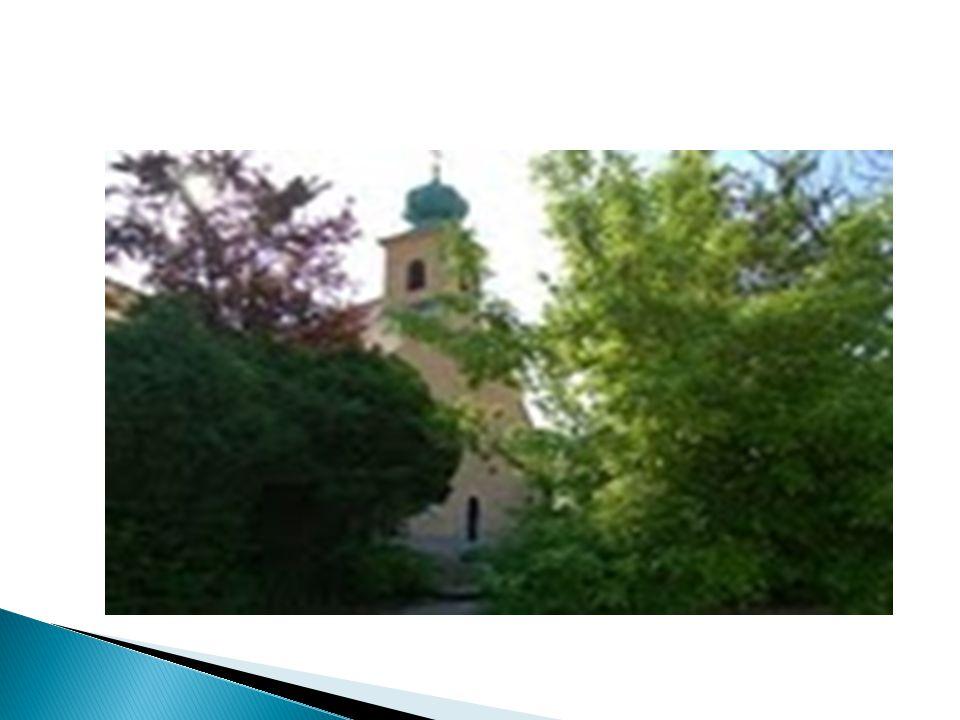  A templom háromszög alakú homlokzatát és tornyát az 1740-es barokk átépítés során nyerte, szentélye gótikus, de eredetileg a román korból származik.
