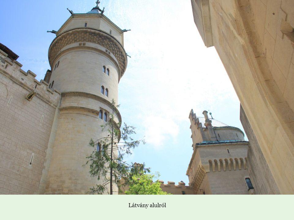 Mészkőszikla, amelyre a vár épült, és amelynek a vonalát követte a fal,egyenetlen alapú erődítményt alkotva.