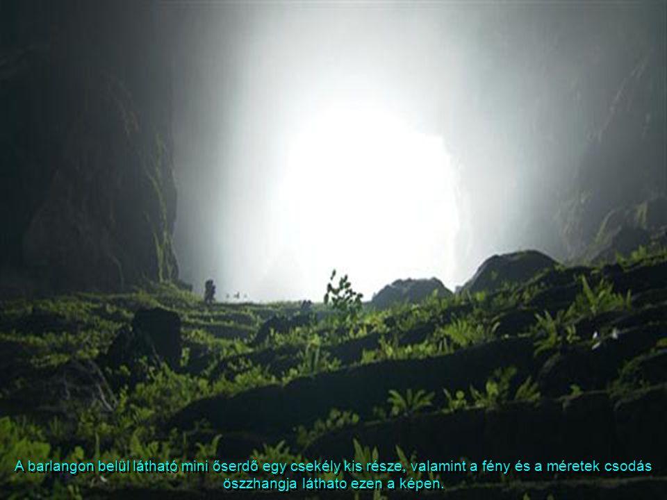 A barlang menyezetén található nyílás mérhetetlen nagyságán (92 m átmérő) keresztül özönlik be a barlang belsejébe a fényzuhatag, láthatóvá téve a Han